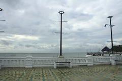 Silla cerca del mar, en orilla cerca del mar Imagenes de archivo