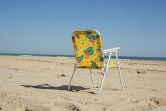 Silla colorida del verano de los niños aislada en la playa en un día claro Fotos de archivo