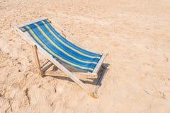 Silla colorida en la playa arenosa el día soleado imagen de archivo