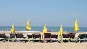 Silla con el paraguas en la playa