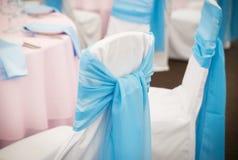 Silla con la cinta y arco en restaurante boda Foto de archivo