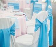 Silla con la cinta y arco en restaurante boda Fotos de archivo