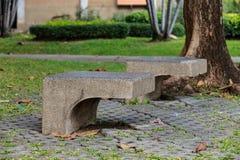 Silla concreta en el parque Fotos de archivo