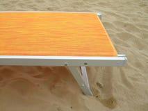 Silla de cubierta amarilla en la playa Fotos de archivo