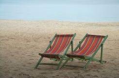 Silla de cubierta en la playa Imagenes de archivo