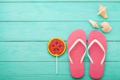 Silla de cubierta en la playa en Brighton Copie el espacio Chancletas rosadas con el espacio del caramelo y de la copia en fondo  Fotografía de archivo libre de regalías