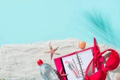 Silla de cubierta en la playa en Brighton Fondo de las vacaciones con los accesorios de la playa Fotografía de archivo