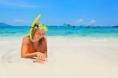 Silla de cubierta en la playa en Brighton Mujer feliz en resaca del océano en la playa blanca Imagen de archivo libre de regalías