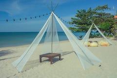 Silla de cubierta de madera en el pabellón blanco en la playa de la arena con la opinión hermosa del paisaje marino y el cielo az Imágenes de archivo libres de regalías