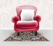 Silla de cuero roja con una almohada blanca en interior floral ligero Fotos de archivo