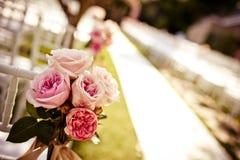 Silla de la boda adornada con las rosas Foto de archivo libre de regalías