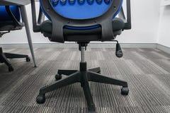 Silla de la oficina con la rueda y el regulador de la altura foto de archivo libre de regalías