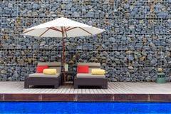 Silla de la piscina con el paraguas, Hua Hin en Tailandia Fotografía de archivo