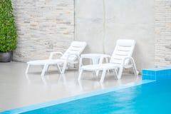 Silla de la piscina dentro de la piscina Imagenes de archivo