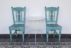 Silla de madera azul con la tabla. Fotografía de archivo libre de regalías
