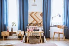 Silla de madera en dormitorio del ` s del adolescente Imágenes de archivo libres de regalías
