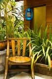 Silla de madera en jardín. Imagen de archivo libre de regalías