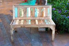 Silla de madera en jardín Imagen de archivo libre de regalías