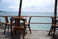 Silla de madera por el mar en Koh Sichang Fotografía de archivo