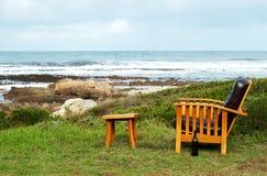 Silla de madera por el océano Fotografía de archivo libre de regalías