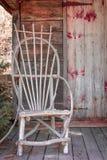 Silla de madera rústica en el pórtico de Mini Wooden House imágenes de archivo libres de regalías