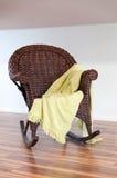 Silla de mimbre de madera con Foto de archivo libre de regalías