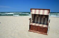 Silla de mimbre en la playa Foto de archivo