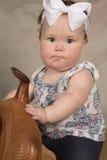 Silla de montar confundida bebé del labio foto de archivo libre de regalías