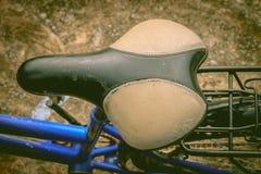 Silla de montar de cuero vieja de la bicicleta en la visión superior Imagen de archivo