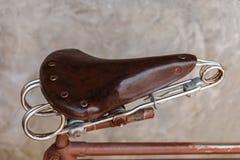 Silla de montar de cuero vieja de la bicicleta vieja Imagen de archivo