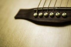 Silla de montar detallada y puente de la guitarra acústica Imágenes de archivo libres de regalías
