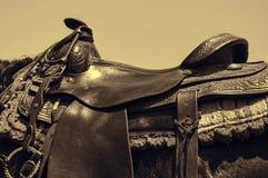 Silla de montar occidental de cuero gastada del caballo Foto de archivo libre de regalías