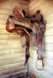 Silla de montar vieja del caballo del cuero de Cowtown Imagenes de archivo