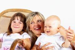 Silla de oscilación: madre e hijo e hija Fotos de archivo libres de regalías