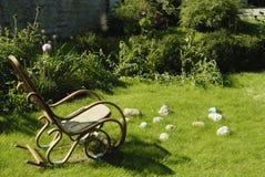 Silla de oscilación vacía en la hierba. Fotografía de archivo