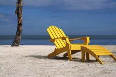 Silla de playa amarilla Imagenes de archivo