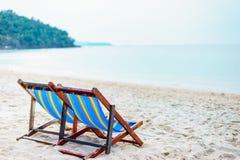 Silla de playa colorida en la playa con el cielo azul hermoso el día soleado, relajándose en sillas de playa fotografía de archivo