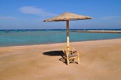 Silla de playa con el paraguas fotografía de archivo libre de regalías