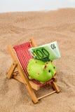 Silla de playa con la cuenta euro foto de archivo libre de regalías