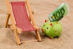 Silla de playa con la cuenta euro imagen de archivo