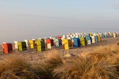 Silla de playa cubierta en la playa del mar Báltico por la mañana con la hierba Foto de archivo
