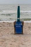 Silla de playa de alquiler doblada Foto de archivo