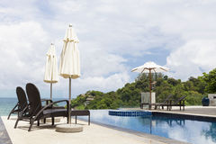 Silla de playa en al aire libre con la piscina y el andaman s de la opinión del mar fotografía de archivo