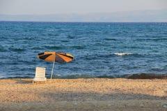 Silla de playa por el mar Imagenes de archivo