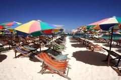 Silla de playa y parasol de playa colorido imagen de archivo