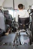 Silla de rueda en minivan fotos de archivo