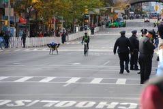 Silla de ruedas del maratón de 2014 NYC en la 1ra avenida Imágenes de archivo libres de regalías