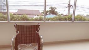 silla de ruedas parqueada en vestíbulo del hospital al lado de la ventana imágenes de archivo libres de regalías