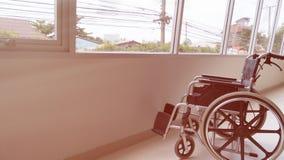 silla de ruedas parqueada en vestíbulo del hospital al lado de la ventana foto de archivo libre de regalías