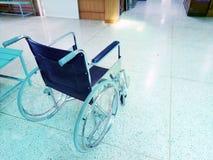 Silla de ruedas vacía en pasillo de un hospital Imagen de archivo libre de regalías